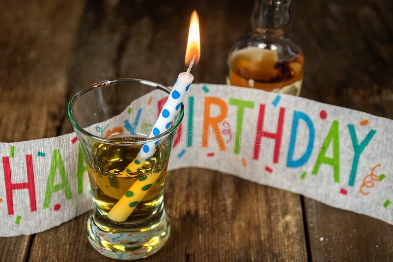 Urodzinowa świeczka w whisky zdjęcia stock