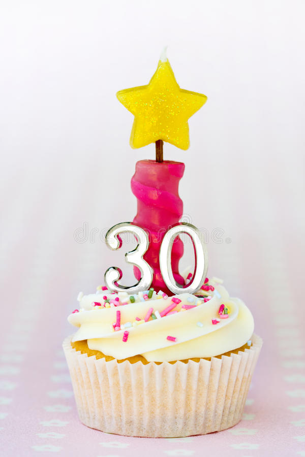 urodzinowa babeczka thirtieth zdjęcia royalty free