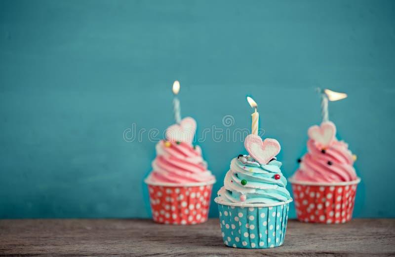 Urodzinowa babeczka z sympatia kształtem marshmallow obraz stock