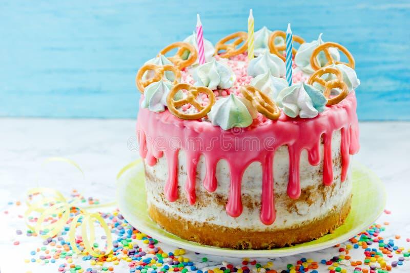 Urodzinowy nagi tort z czekoladowymi smudges zdjęcie royalty free