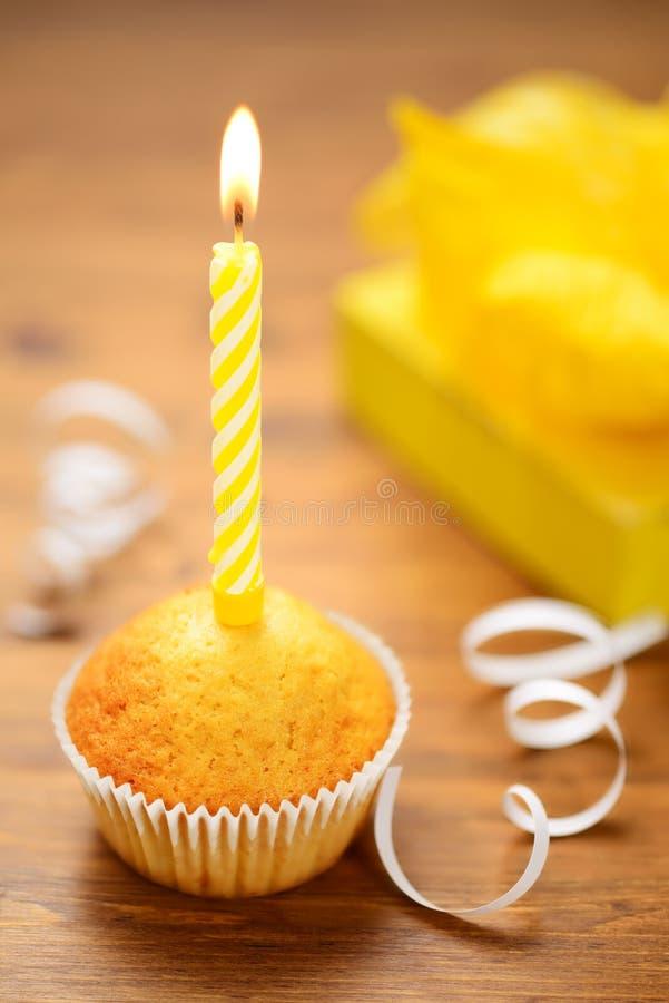 Urodzinowy tort z świeczką zdjęcia royalty free