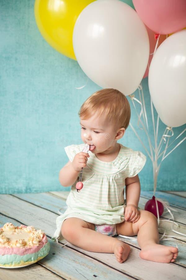 urodziny najpierw bawi się trochę słodka dziewczyna zdjęcie royalty free