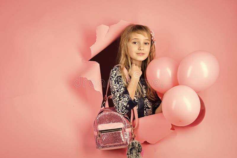 Urodziny, szczęście, dzieciństwo, spojrzenie Piękno i moda, punchy pastele Mały dziewczyny dziecko z partyjnymi balonami zdjęcia royalty free
