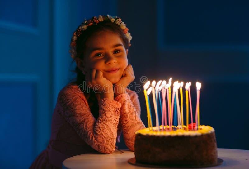 Urodziny Troszkę dmucha za świeczkach na podsycającym słodka dziewczyna zdjęcia royalty free