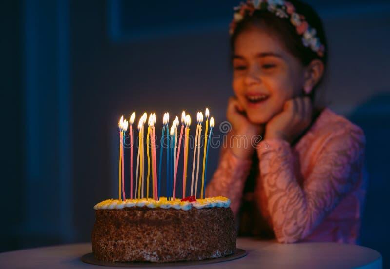 Urodziny Troszkę dmucha za świeczkach na podsycającym słodka dziewczyna zdjęcie royalty free