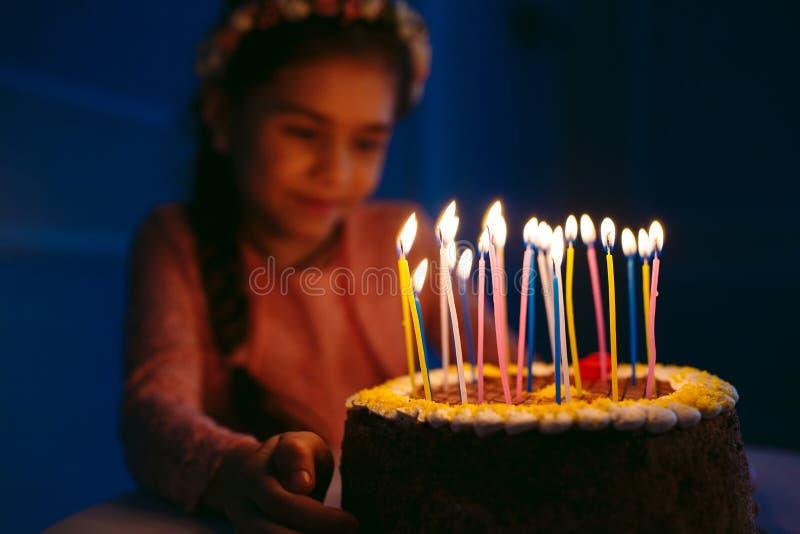 Urodziny Troszkę dmucha za świeczkach na podsycającym słodka dziewczyna obraz royalty free