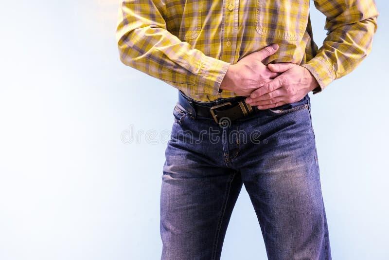 Urolithiasis Χρόνιο Pancreatitis Πέτρες στα ούρα Το άτομο άρπαξε το βουβώνα του σε μια τακτοποίηση του πόνου στοκ φωτογραφίες με δικαίωμα ελεύθερης χρήσης