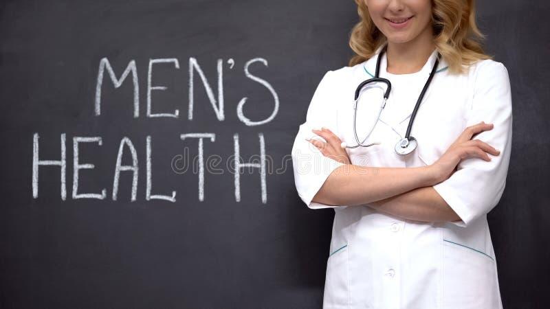 Urología parado cerca de las palabras de salud de Mens, examen médico para prevenir la prostatitis imagenes de archivo