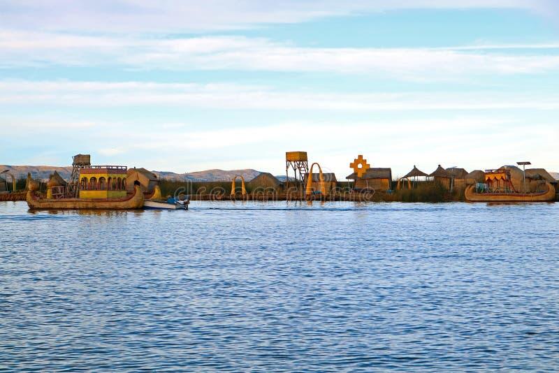 Uros浮动海岛和传统Totora里德小船在的喀喀湖,普诺,秘鲁 免版税库存图片