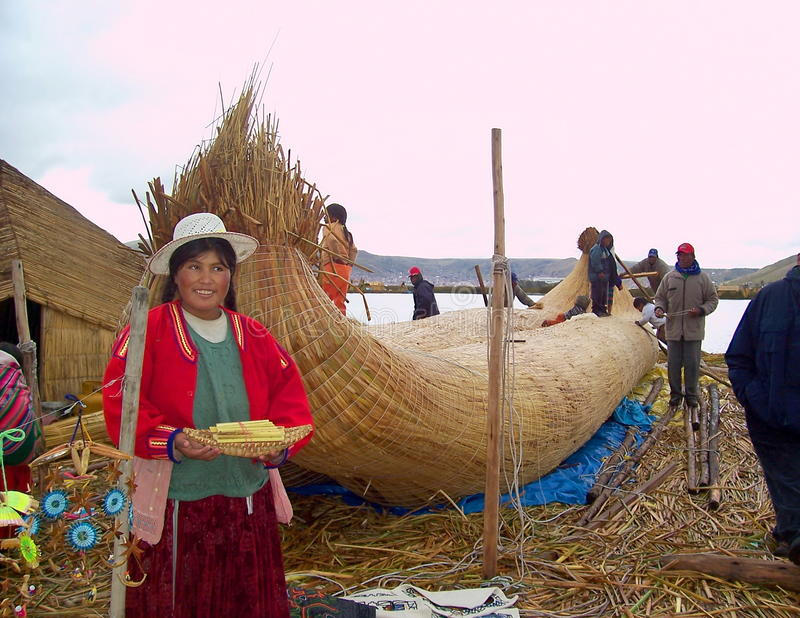 UROS-Ö - SJÖN TITICACA - PERU, Januari 3, 2007: Sväva Uros Islands på sjön Titicaca Oidentifierad Uros kvinnor och meny arkivbild