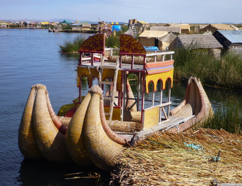 Uros flotantes de los islas de las islas del totota en titicaca del lago imagen de archivo