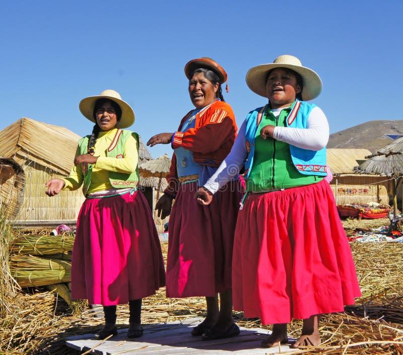 Uros kobiety na Jeziornym Titicaca, Peru fotografia stock