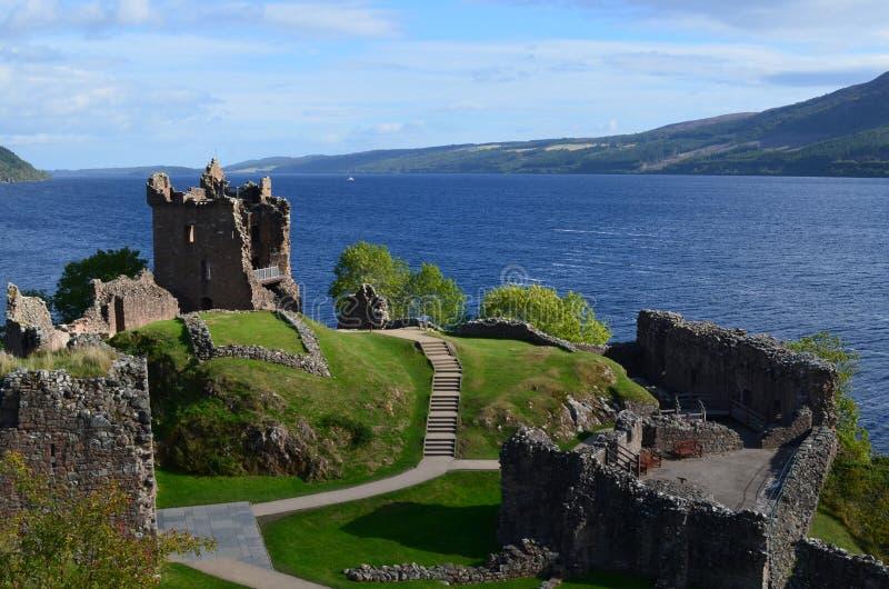 Urquhart-Schloss-Ruinen neben Loch Ness in Schottland stockbilder