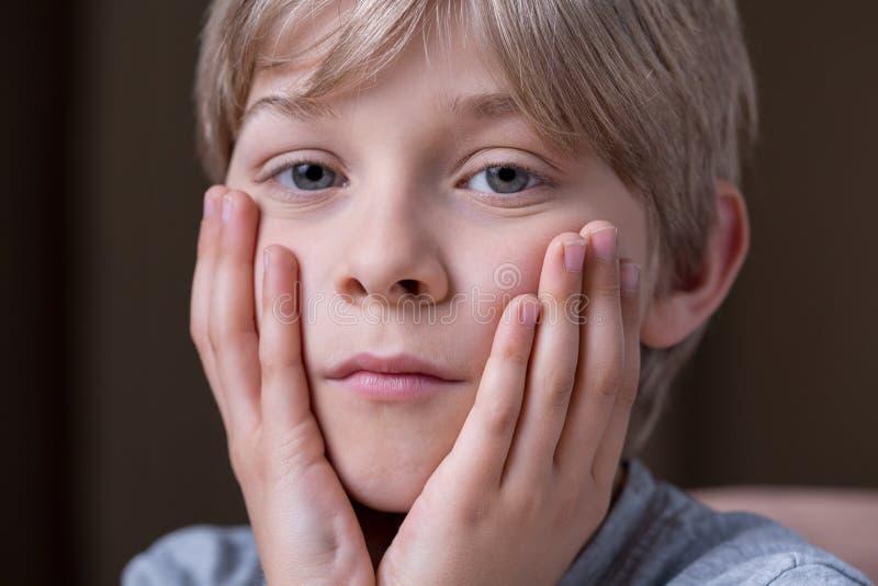 Ursache der Traurigkeit des Jungen stockfotos