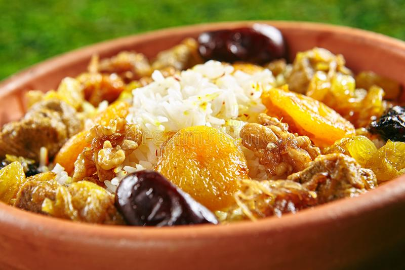 urshu com arroz, carne do cordeiro, nozes, frutos secados e açafrão perfumado fotos de stock royalty free