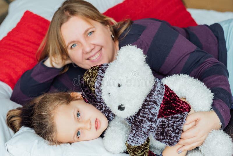 Ursinho de pelúcia da família de férias imagem de stock royalty free