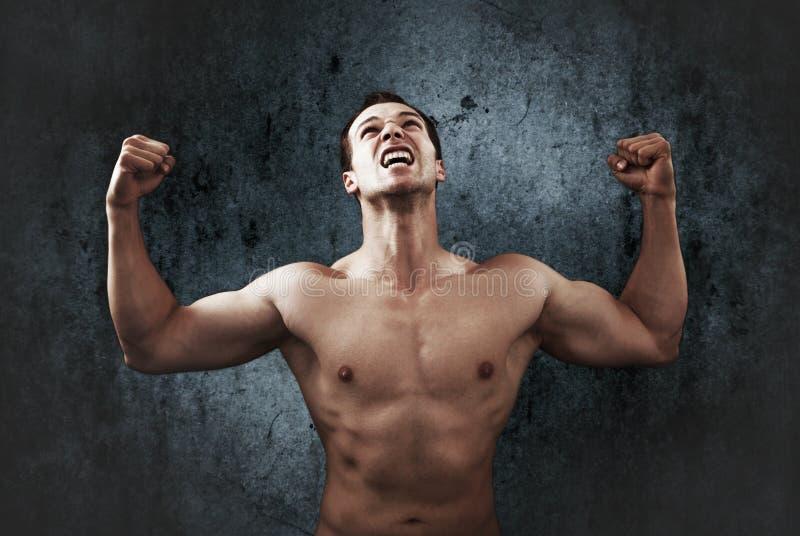 Ursinneskri av den muskulösa starka mannen arkivbild