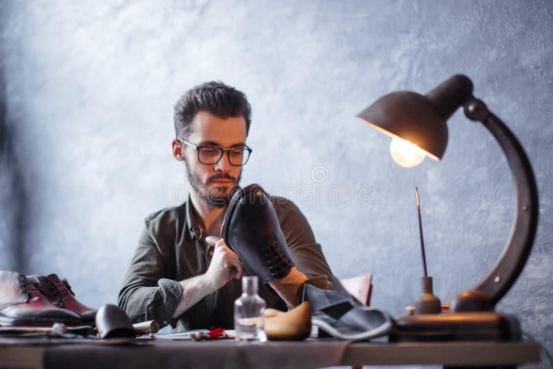 Ursnygg angenäm skäggig förlage som kontrollerar det endast av skor arkivfoto