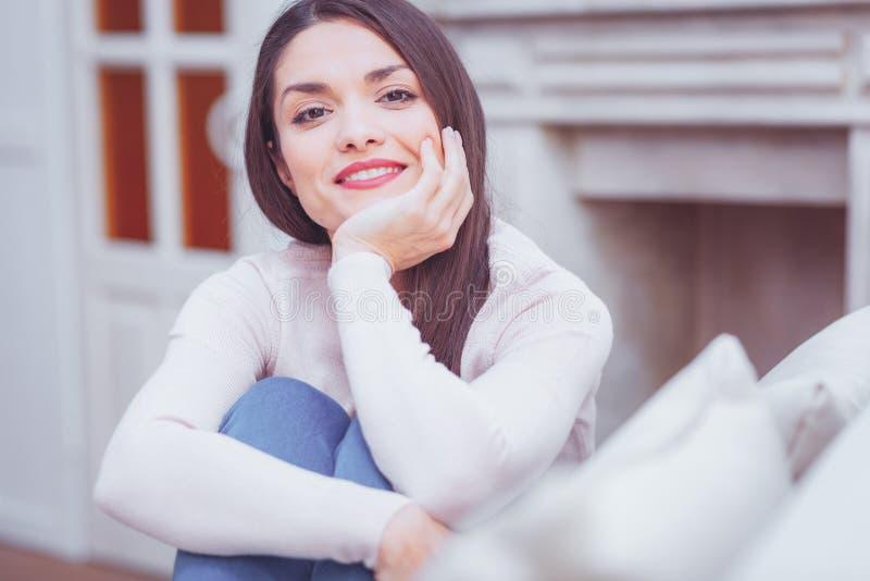 Ursnygg attraktiv behagen kvinnakänsla arkivbild