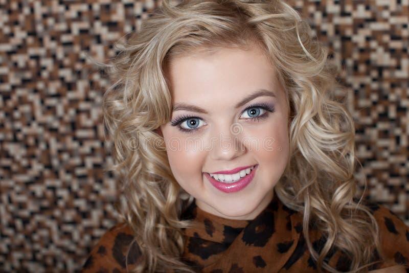 Download Ursnygg blond kvinna arkivfoto. Bild av kreativitet, härlig - 27285584