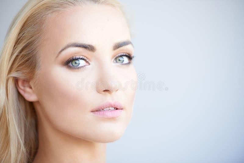 Ursnygg blond kvinna med härliga gröna ögon royaltyfria foton