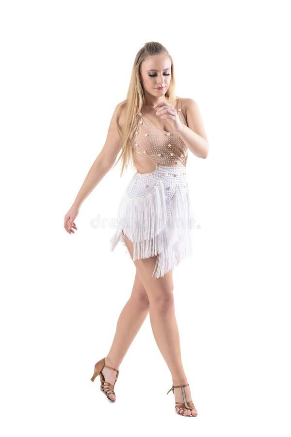 Ursnygg blond kvinnlig yrkesmässig dansare i dräkt i danshandling som ner ser arkivfoto