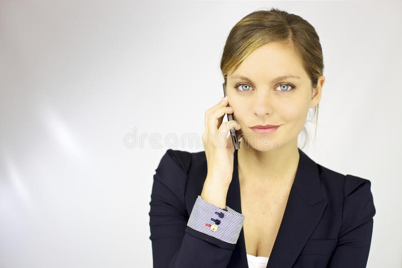 Ursnygg blond kvinnligmodell på telefonen royaltyfria foton