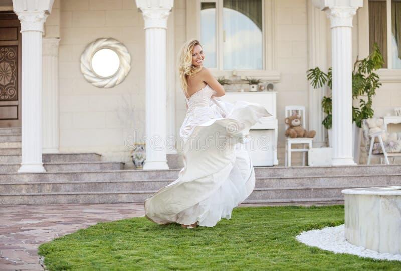 Ursnygg brud i bröllopsklänning royaltyfria bilder