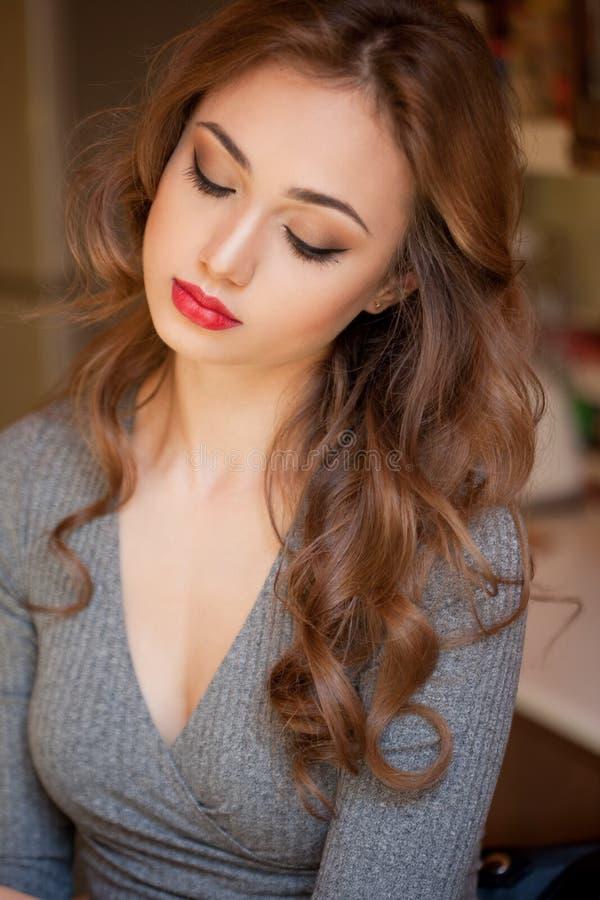 Ursnygg brunett i makeup arkivbilder