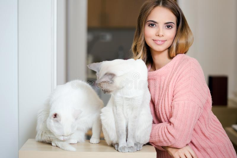 Ursnygg brunett med hennes katt royaltyfri fotografi