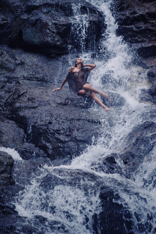 Ursnygg brunettdam i paradiset royaltyfria foton