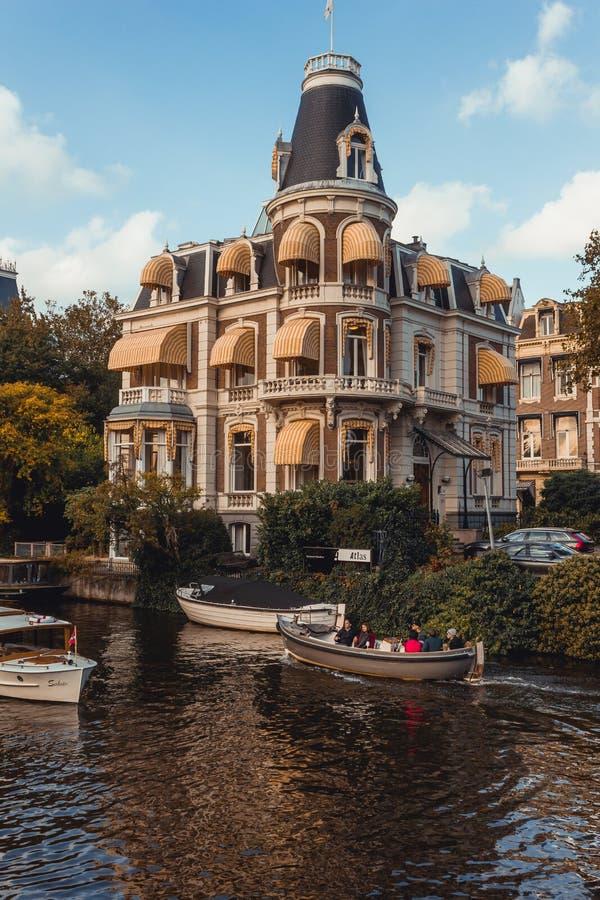 Ursnygg byggnad vid den Amsterdam kanalen royaltyfri foto