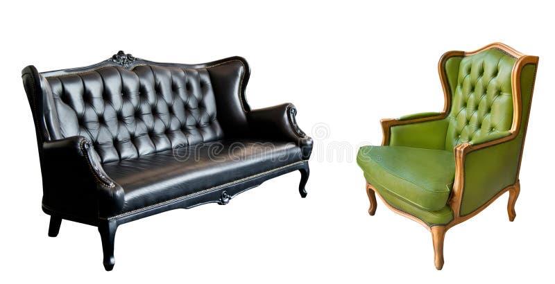 Ursnygg fåtölj för tappninggräsplanläder och svart lädersoffa som isoleras på vit bakgrund royaltyfria foton
