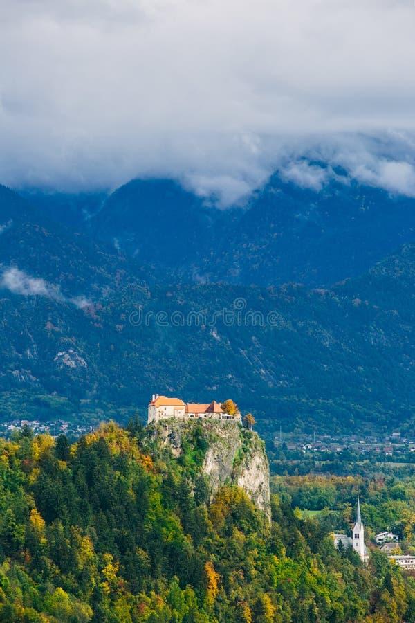 Ursnygg flyg- sikt av den berömda medeltida slotten som förbiser den blödde sjön, Slovenien, Europa arkivbilder