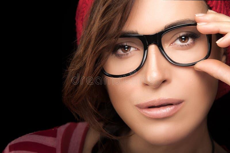 Ursnygg framsida för ung kvinna med glasögon Kall moderiktig Eyewear P fotografering för bildbyråer