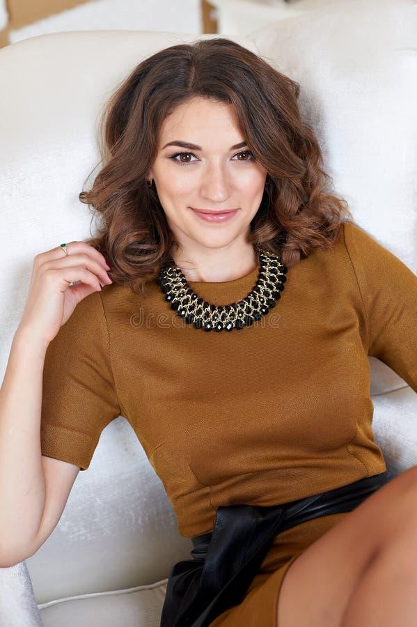 Ursnygg härlig ung kvinna som ligger på en soffa arkivfoton