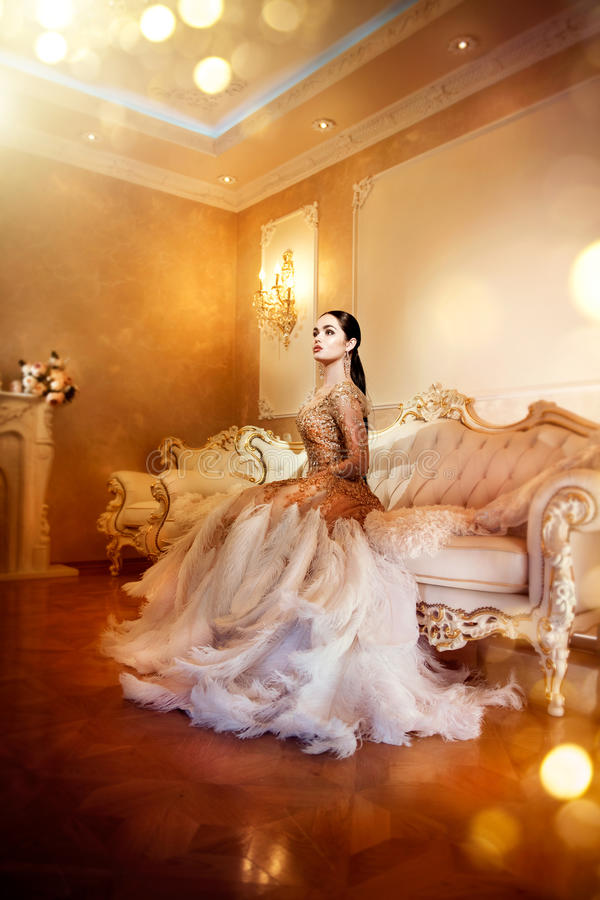 Ursnygg kvinna för skönhet i härlig aftonklänning i inre rum för lyxig stil arkivbilder