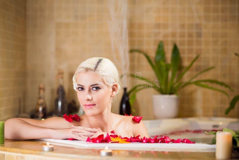 Ursnygg kvinna i bubbelpool arkivfoto