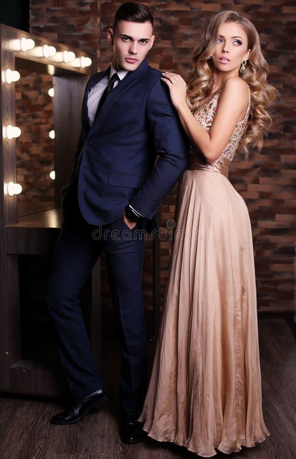 ursnygg kvinna med blont hår och den stiliga mannen i elegant kläder royaltyfri fotografi
