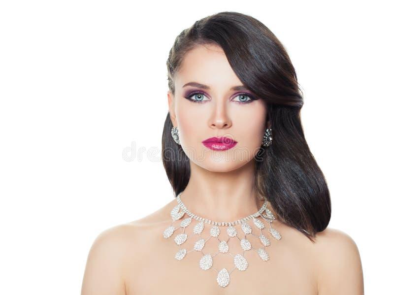 Ursnygg kvinna med diamantsmycken som isoleras på vit bakgrund royaltyfri foto