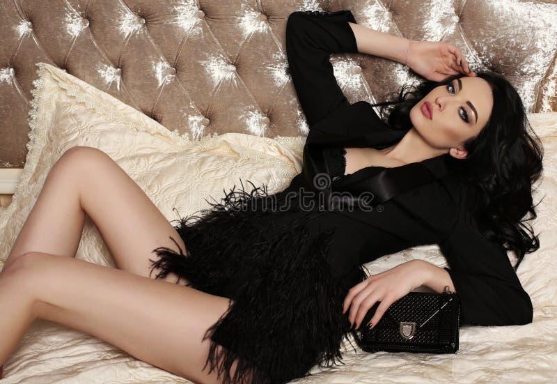 Ursnygg kvinna med makeup för mörkt hår och afton royaltyfri fotografi