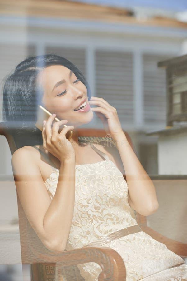 Ursnygg kvinna som kallar p? telefonen royaltyfri bild