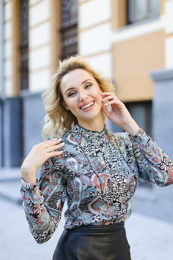 Ursnygg kvinna som utanför ler och ser kameran fotografering för bildbyråer