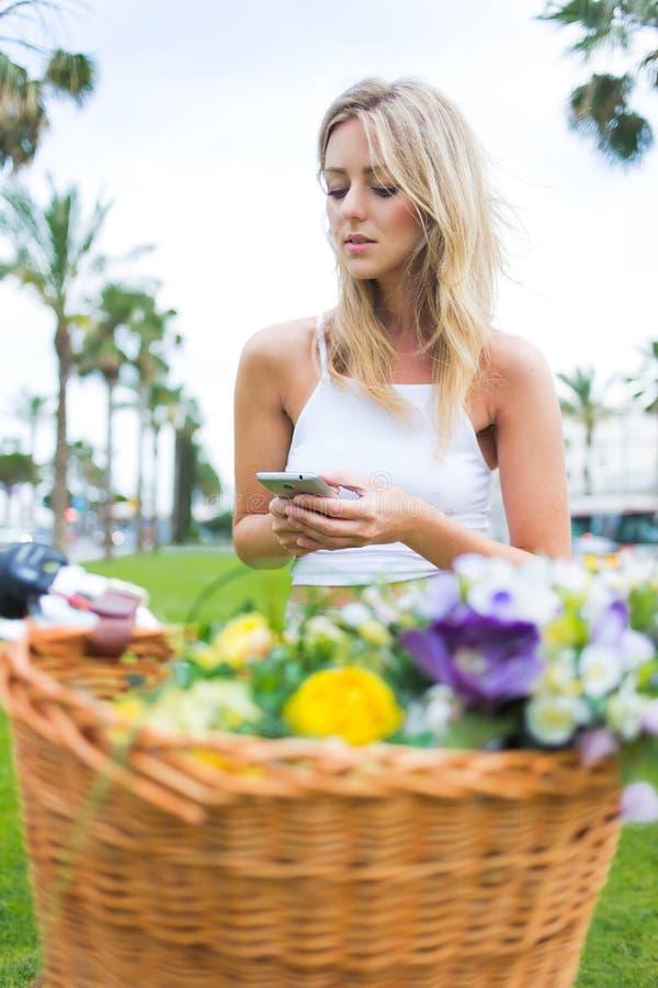 Ursnygg kvinnlig tyckande om rekreationtid, medan prata på mobiltelefonen royaltyfri bild