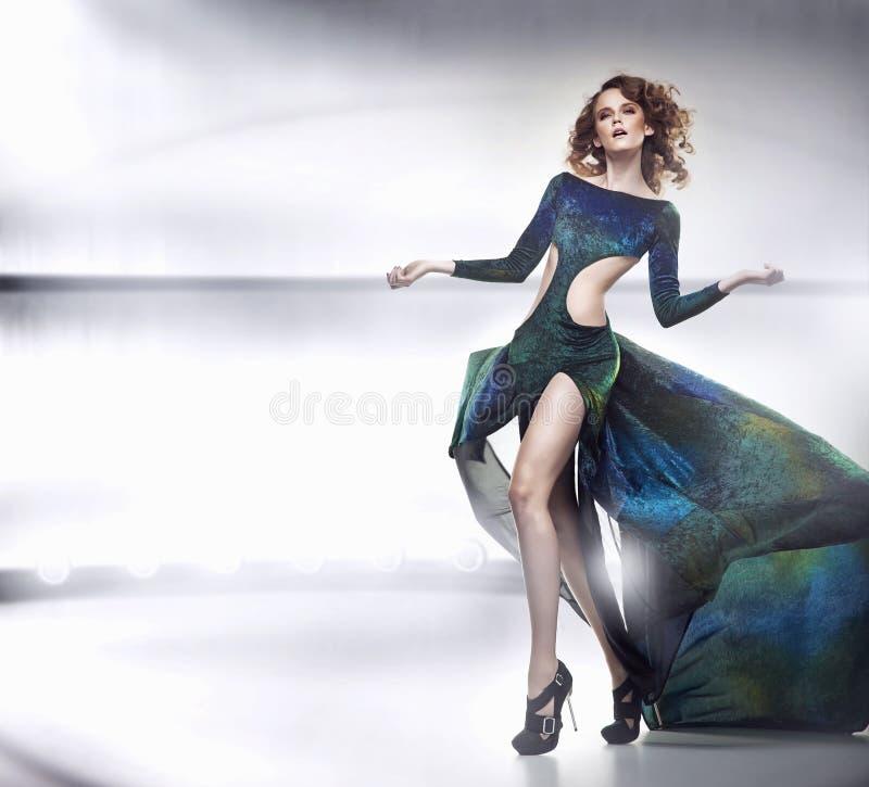 ursnygg lady för skönhetklänning royaltyfria bilder