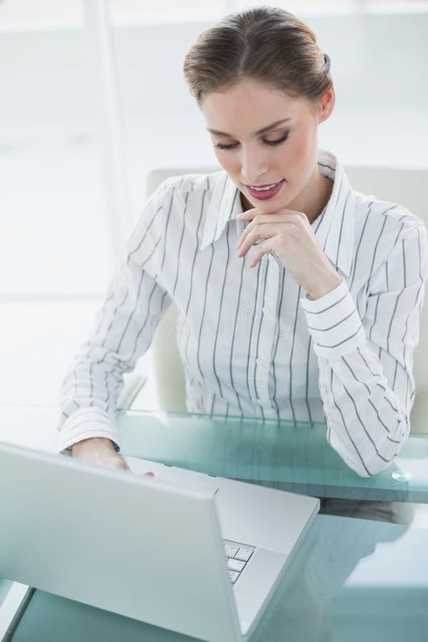 Ursnygg lugna affärskvinna som arbetar med hennes anteckningsbok royaltyfria foton