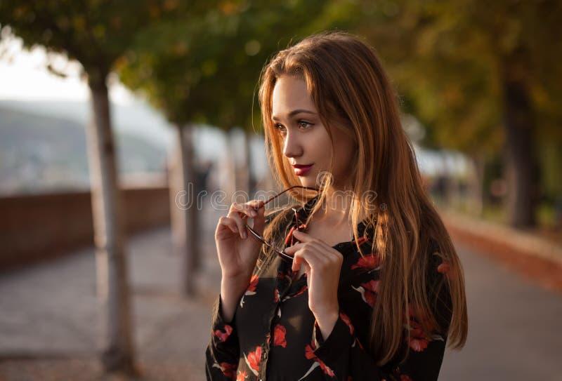 Ursnygg modebrunett utomhus arkivfoto