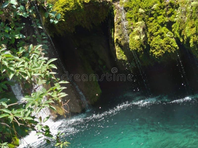 Ursnygg modernatur härlig sjö eller vattenfall i Kashmir royaltyfri fotografi