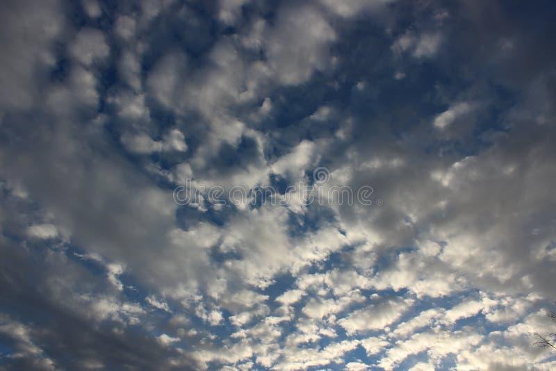 Ursnygg morgonsoluppgång med den tunga molnräkningen och ljusa blåa himlar royaltyfria bilder