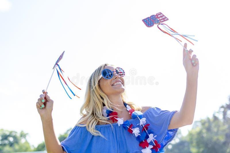 Ursnygg patriotisk blond modell Enjoying The 4th Juli Festivi arkivfoto